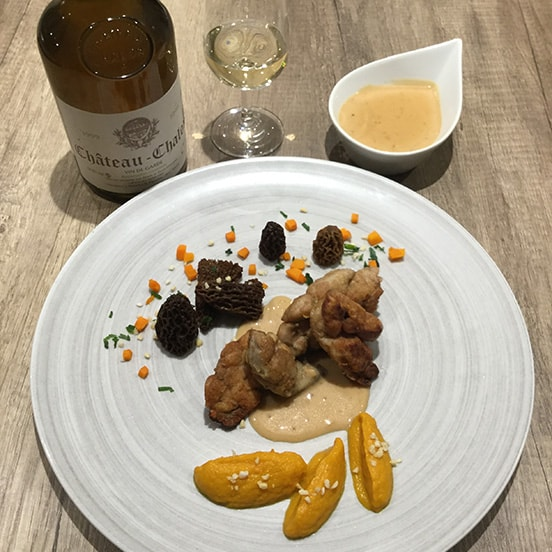 Ris de veau poêlé sauce au vin jaune et morilles, compotée de potimarron et graines de courges